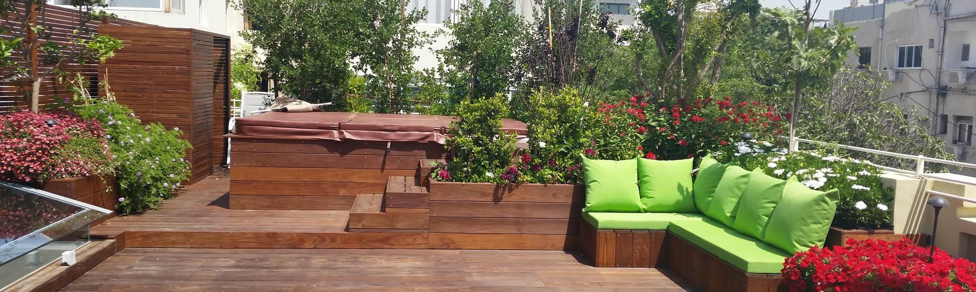 גינת גג מעוצבת עם אדניות עץ ודשא שינטטי
