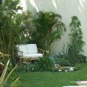 דשא סינטטי בגינה קטנה עם ספת במבוק קטנה