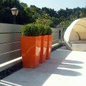 שלושה כדים מרובעים בגינת גג