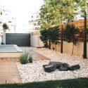 גינה של בית בעיצוב על ידי ושביל עץ משולב עם דשא ועצים