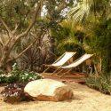 עיצוב גינה בשילוב סלעים, עצים ופינת ישיבה