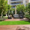 אזור ישיבה מעוצב בגינה פרטית