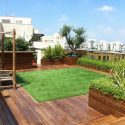 דשא סינטטי בגינת גג עם אדניות עץ